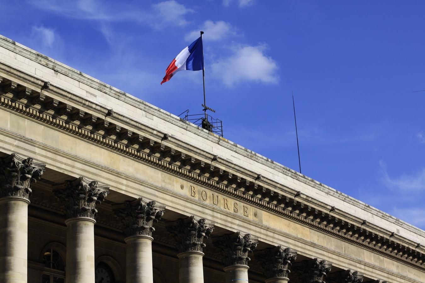 Bourse de Paris avec drapeau sur le ciel bleu