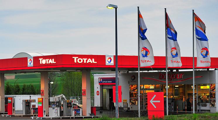 action total illustration station service drapeaux