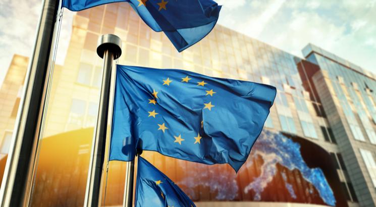 assouplissement quantitatif définition - quantitative easing bce - illustration drapeaux parlement europeen